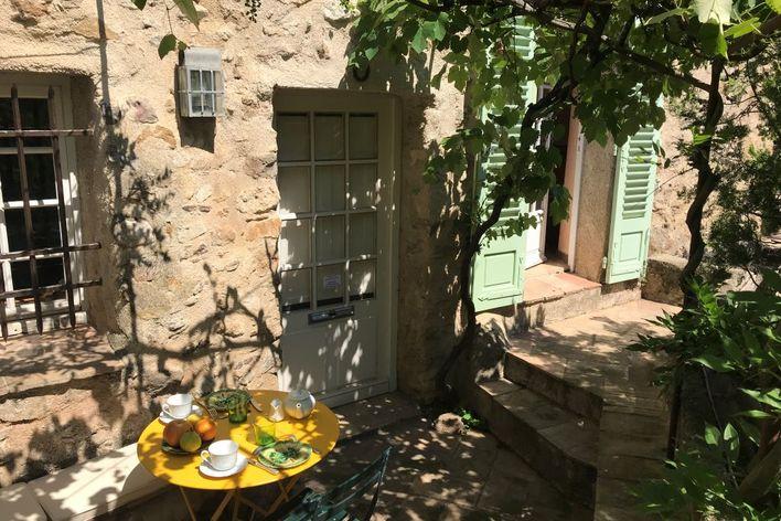 Déjeuner sur la terrasse de la maison de l'amiral
