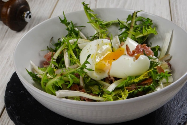 Make poached egg with a parisian epicurean