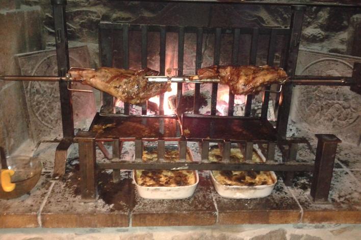 Viande  à la broche au feu de bois