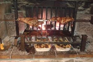 Cenas particulares como en su propia casa: Viande  à la broche au feu de bois